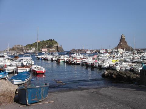 Veduta del porto di Aci Trezza