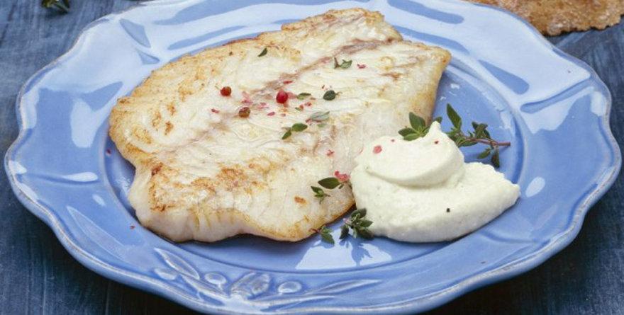 pesce con salsa skorthalia