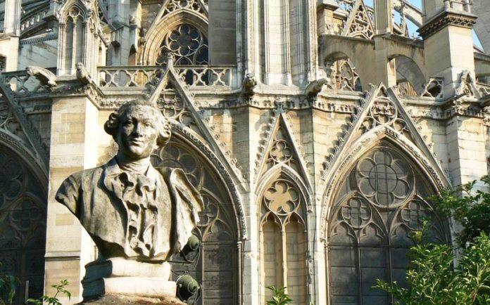 Busto commemorativo di Carlo Goldoni accanto alla cattedrale di Notre Dame