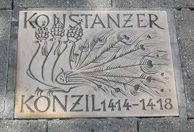 Tavola commemorativa nella zona pedonale di Costanza a ricordo del Concilio. I tre pavoni rappresentano i tre papi che si contendevano la legittimità