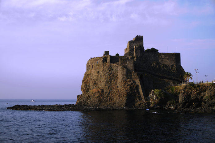 Il castello di Aci Castello distrutto da Federico II d'Aragona