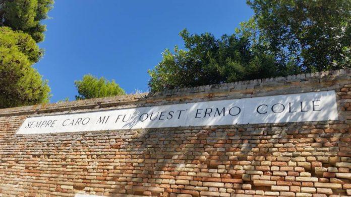 Un'iscrizione sul colle dell'Infinito, reso celeberrimo dalla lirica di Giacomo Leopardi L'infinito
