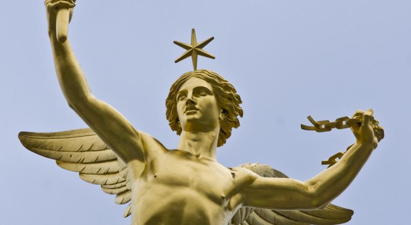 Il Genio della Libertà che poggia sul globo dorato della Colonna di Luglio, in Place de la Concorde