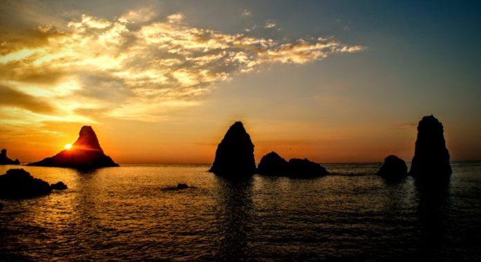 Secondo il mito i Faraglioni di Aci Trezza vennero buttati in mare da Polifemo perché Ulisse l'aveva accecato