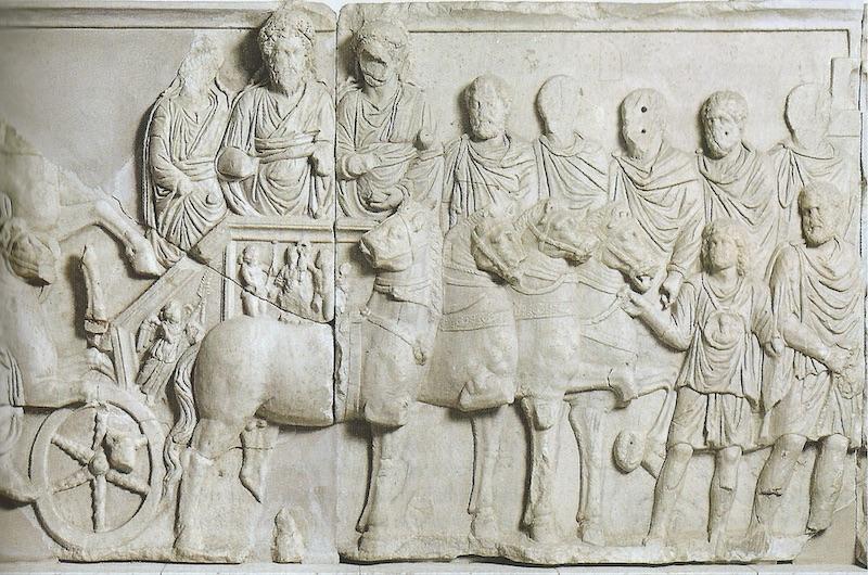 """Arco di Settimio Severo a Leptis Magna, particolare del rilievo con la """"Parata su quadriga di Settimio Severo"""". Tripoli (Libia), Museo Nazionale."""